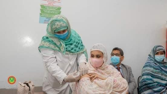 السيدة الوزيرة الناها بنت هارون ولد الشيخ سيديا أثناء تناول الجرعة